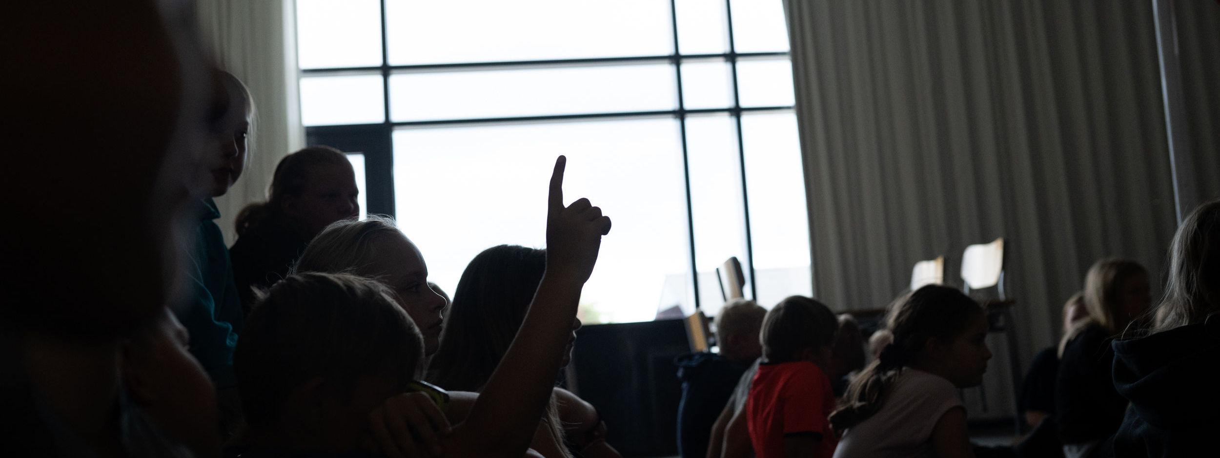 Elev rækker fingeren op